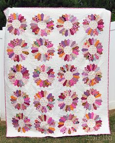 Dresden Plate quilt . . . love these colors.