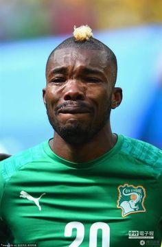 比賽開始前,象牙海岸迪耶在奏國歌時淚流滿面。(圖/騰訊體育)