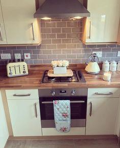 29 Most Popular Kitchen Decoration Ideas 2019 - New Decoration Kitchen Tiles, New Kitchen, Kitchen Dining, Kitchen Decor, Cottage Kitchens, Home Kitchens, High Gloss Kitchen, Küchen Design, Interior Design Living Room