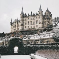 If you ask us, Dunrobin Castle in Scotland would rank very highly on list of castles we would envision in a fairytale. This Scottish castle… Cottages Scotland, Castle Scotland, Places Around The World, Around The Worlds, Victorian Castle, Abandoned Castles, Abandoned Mansions, Abandoned Places, Castles In Ireland