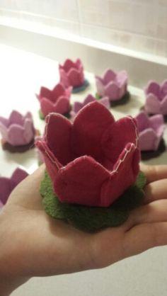 Segnaposto in feltro Baby Crafts, Felt Crafts, Ganesh Chaturthi Decoration, Productive Things To Do, Art N Craft, Felt Patterns, Diy Box, Felt Art, Felt Flowers