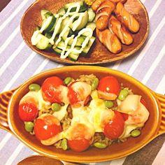 カレーの残りをリメイクと言いますか…少し残ったカレーのお鍋にご飯を入れてお鍋をキレイにしました^ ^ カレーご飯の上にミニトマトを切って乗せて塩コショウし、とろけるチーズを乗せてオーブントースターへ〜 もっとチーズを乗せればよかったです… - 91件のもぐもぐ - カレードリア風?☆2013.11.4朝ごはん☆ by mitu1128