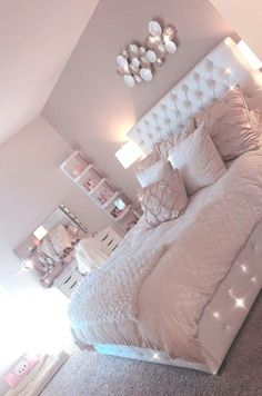 Lovely Pink Bedroom Design Ideas That Inspire You The pink bedroom looks amazing that most of us use the color for the nursery room, girl's room, and others. Read Lovely Pink Bedroom Design Ideas That Inspire You Cool Teen Bedrooms, Bedroom Decor For Teen Girls, Room Ideas Bedroom, Home Bedroom, Girls Bedroom Ideas Teenagers, Rooms For Teenage Girl, Girls Bedroom Pink, Cute Rooms For Girls, Girls Bedroom Decorating