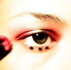 antonio-marras-milan maquiagem olhos sombra pink e centro dourado com detalhes de bolinhas na pálpebra inferior tendência primavera verão 2016