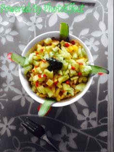 Lekker & gezond! Gekookte kip met mango, komkommer, mie en een dressing van sojasaus, rode peper en limoen. Toegevoegde specerijen: Munt en koriander. Eet dit niet al te warm en je zult iedereen verrassen met dit zonnige gerecht. Bon appetit!