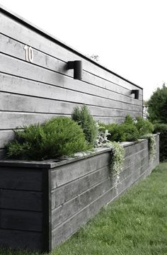 Amazingly Creative Long Planter Ideas for Your Patio 49 Back Gardens, Outdoor Gardens, Diy Flower Boxes, Wood Flower Box, Long Planter, Fence Design, Diy Design, Modern Design, Design Ideas