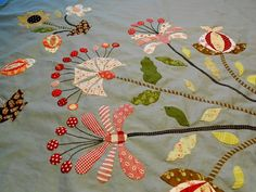 Interesting applique (Site in foreign language) Hand Applique, Flower Applique, Applique Patterns, Applique Quilts, Embroidery Applique, Quilt Patterns, Quilting Projects, Quilting Designs, Quilt Modernen
