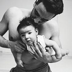 Lucas (27) is de vader van Floris en verslaafd aan Crossfit. Hij verschijnt op verjaardagen liever een uur later dan dat hij een training afzegt. Meer Popeye-papa's nu in Kek Mama.  Fotografie Mark Groeneveld | Visagie Jana Boekholt  #kekmamamagazine #kekmama #magazine #papa #popeye #sterkepapa #portret #kind #baby #kekmama6