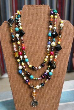 Les muestro un pedido especial: collar largo (un poco más de un metro), con piedras (ágata, turquesa), cristales facetados y lisos, y perlas de agua, de varios colores. Le dimos varias vueltas para poderle tomar una foto :)
