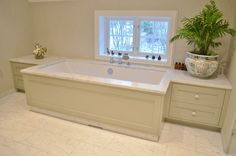 Innebygget badekar med skuffer på hver side og marmorplate