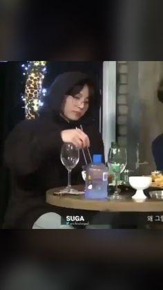 Funny Categories Fuunyy Me identifico muito com o Jongkook…. Kkkkkk Source by yytentationyy Kookie Bts, Bts Bangtan Boy, Bts Boys, Jhope, Bts Memes, Taehyung, Namjoon, Jikook, Bts Funny Videos