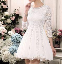 La forma en que las piezas de chifón y encaje ofrecen una sorpresa coqueta. | 51 hermosos detalles para vestidos de casamiento civil que harán que te desmayes