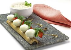 ¿Quieres hacer Brocheta de huevo de codorniz con salsa de yogur? Deliciosa receta de Brocheta de huevo de codorniz con salsa de yogur. Todos los ingredientes y cómo hacerlo para que te quede un/una Brocheta de huevo de codorniz con salsa de yogur rica.
