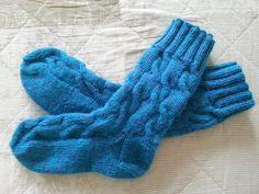"""Обалденные вязаные спицами носки с """"косами"""" и удлиненной голенью! Мастер..."""