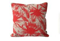 A5012. Almohadón Cuarzo almohadón 45×45 frente beige con palmeras rojas vivo y reverso beige textiles 100% algodón relleno de vellón siliconado