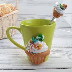 Ensemble tasse en céramique et cuillère ornée à la main à partir d'argile polymère. Une tasse à la main et la cuillère est un excellent cadeau pour la famille et amis Mug et cuillère peuvent être lavés. Ne convient pas pour le lavage au lave-vaisselle. Décor à la main en argile polymère,