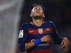 El delantero del FC Barcelona Neimar se lamenta durante el partido de Liga BBVA.