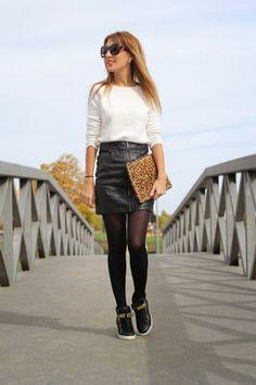 Schöne Kombination: Schwarzes Leder und weißer Flauschepulli, dazu die Leopardenclutch.