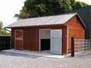 Great little horse barn. Me gusta.