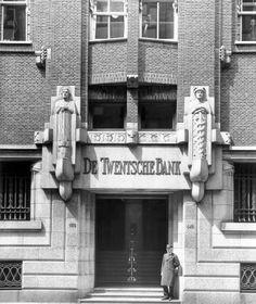 Ingang hoofdkantoor Twentsche Bank aan de Spuistraat in Amsterdam. Dit deel van het gebouw dateert uit 1919 en is door architectenbureau Van Gendt in de stijl van de Amsterdamse School gebouwd, afgebroken in 1979, foto uit 1955.