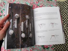 É o livro de malhas portuguesas da Rosa Pomar com ilustrações da Rita Cordeiro. Adorei este livro por todos os motivos e mais alguns. Fazer...