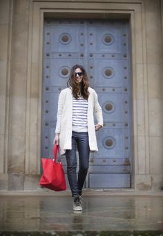 Red bag, stripes and jeans. Street style outfits. Looks de street style. Fashion Blogger.