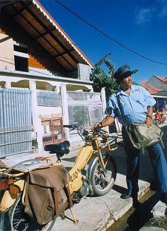 1990 - Facteur à moto en Guadeloupe [FL 274 DOM 8] © L'Adresse Musée de La Poste / La Poste, DR.