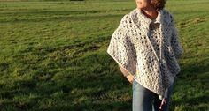 Lieve naturel poncho met kraag en houten kralen by TotallyHooked via DaWanda