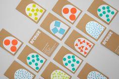 Kreise, Dreiecke und Quadrate in bunten Farben: So zeigt sich das neue Erscheinungsbilddes englischen Homestores »Archive« ...  Dieser Lifestyle-Laden, der Wohnaccessoires anbietet und seinen Kunden ebenso gerne Snacks verkauft, liegt an der Küste in Kent, im Südosten Englands – ein britisches Bilderbuch-Örtchen mit Steilküste und beschaulichem Hafen. Das Londoner Grafikdesign-Studio BOB hat für den...