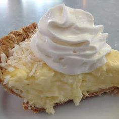 Coconut Cream Pie – Delicious recipes to cook with family and friends. Köstliche Desserts, Holiday Desserts, Delicious Desserts, Dessert Recipes, Yummy Food, Coconut Recipes, Pie Recipes, Cooking Recipes, Recipies