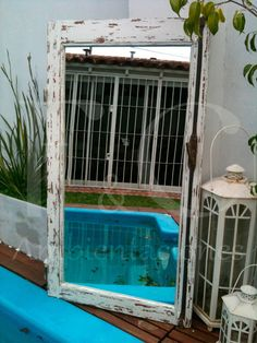 Vieja ventana transformada en espejo. Decapada en color blanco. Conserva pasador y herrajes originales