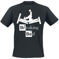 """Breaking Bed  - Front bedruckt - Ausschnitt: Rundhals - schwarzes T-Shirt  Breaking Bad - eh Breaking Bed Fans anwesend? Tja, so schnell kann es gehen: da hat man einmal ein bisschen Spaß und schon ist das gute Bett im Arsch. Auf dem schwarzen """"Breaking Bed"""" Shirt prangt ein kaputtes Bett mit dem Spruch: """"Breaking Bed""""."""
