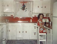 vintage and retro home decor Red And White Kitchen, Red Kitchen, Kitchen Decor, Kitchen Ideas, Kitchen Design, 1930s Kitchen, Vintage Kitchen, Retro Home Decor, Vintage Decor