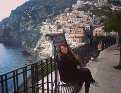 Costa Amalfitana - Itália Não deixe de incluir em seu roteiro ao sul da Itália um passeio pela Costa Amalfitana nas cidades de Positano Amalfi e Sorrento além de combiná-lo com as ruínas da cidade de Pompéia destruída pela erupção do vulcão Vesúvio.  Para chegar até Pompéia e Positano use como meio de transporte os trens saindo de Nápoles e a partir daí os ônibus entre as cidades da costa.  #vesuvio #amalficoast #costaamalfitana #travel #trip #traveler #traveling #instatravel #italia #italy…