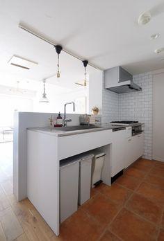 これそのままやりたいくらい理想のキッチン/キッチン本体は空間社オリジナルキッチン、背面収納にはIKEAのベースキャビネット。コンロ前と背面収納の壁面にはサブウェイタイルを採用。キッチンも白ベースにシンプルではあるがサブウェイタイルと、床のテラコッタ調タイルでアクセントに