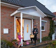 Bei einem kräftigen Regenguss wird der Weg von der Auto- zur Haustür extrem lang – vor allem, wenn man den Haustürschlüssel nicht sofort zur Hand hat. Hausbesitzerinnen mit der obligatorisch großen Handtasche wissen ein Lied davon zu singen. Aber ihnen kann geholfen werden – mit einem Vordach. Und zwar nicht einer kleinen, über der Tür verdübelten Glasplatte, sondern mit einem richtigen Dach: aus Holz gebaut, knapp 3 qm trockene Fläche darunter, mit integrierten Lichtspots – eine Zierde für…
