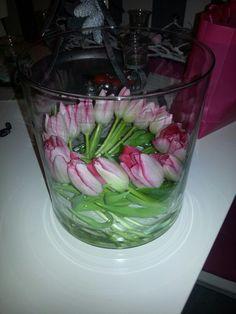 Tulpen in een grote vaas...