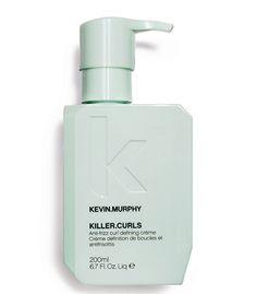 Kevin Murphy Killer Curls is een zachte crème die de haren een natuurlijke textuur geeft en krullen definieert. Kevin Murphy Killer Curls zorgt ervoor dat krullend haar wordt gevoed en profiteert van meer structuur. Tevens zorgt het er voor dat het haar niet pluist of kroest. De crème versterkt, hydrateert en verzacht het haar. Zo kan het haar langer genieten van de perfecte look.