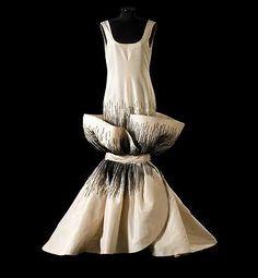 Roberto Capucci. Collezione 1984 - Ambasciata d'Italia, Parigi  tipologia  abito da sera  tessuto  taffetas di seta sauvage  caratteristiche  ricamo con perle in cristallo nero  colore  bianco