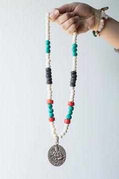 Silber Ganesha und Korallen Perlen Halskette von SoulCollection