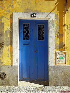Door in Aveiro-Portugal (Photo © Doors Portugal)