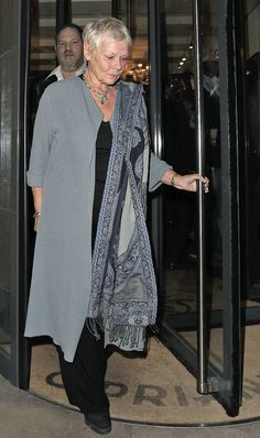 Judi Dench Photos Photos - A-list celebrities and screen icons leave Cipriani. On the way out of the restaurant Harvey Weinstein confronts a photographer. - A-Listers at Cipriani Poor Judy, wonder if he tried his pervy moves on her Over 60 Fashion, Mature Fashion, Fashion Over 50, Look Fashion, Womens Fashion, Fashion Rings, Fashion Boots, Stylish Older Women, Judi Dench