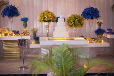 Mesa do bolo e doces azul e amarelo