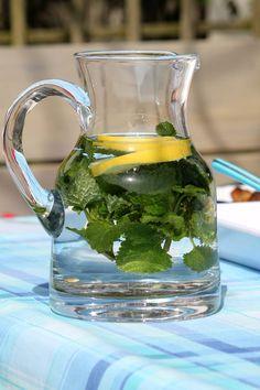Jen díky vodě a pár surovinám můžete mít ploché bříško. To vše bez námahy a zpohodlí vašeho domova. Voda, okurka, zázvor, máta a citron vám pomůže účinně vyplavit ztěla toxiny a zároveň odstranit přebytečný tuk. Voda hydratuje a vyživuje naše tělo. Společně sdalšími přírodními ingrediencemi se jedná o ideální vzpruhu pro náš metabolismus. Vytvořte si …