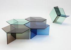 Painéis colados de vidro temperado colorizado fazem o jogo geométrico das mesas auxiliares Isom (61 x 70 x 35 cm), de Sebastian Scherer. Por 850 euros no e.shop do designer.