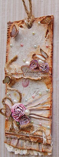 Love the contrast on this tag between the rough texture of the twine and the corrugate and the soft, feminine flowers, lace and pearls.