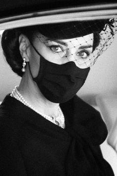 Élégante, sobre et digne. Ce sont les mots qui viennent à l'esprit en voyant Kate Middleton aux funérailles du prince Philip. En hommage, la duchesse portait un collier de quatre rangs de perles japonaises, qu'elle avait déjà arboré au 70e anniversaire de mariage de la reine Elizabeth II et du prince Philip, en 2017. Et que sa défunte belle-mère Diana avait elle aussi porté, en 1982. #katemiddleton #royals #tradition Elizabeth Ii, Looks Kate Middleton, Diana, English Royal Family, Drawing Tutorials For Kids, British Monarchy, Prince Philip, Duchess Of Cambridge, Halloween Face Makeup