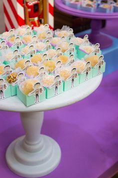 Festa Mr Bean: inspirações para uma festa infantil, diferente criativa e linda, com o tema Mr. Bean. Doces, decoração e muito mais. Mr Bean Birthday, 4th Birthday, Birthday Ideas, Mr Bean Cake, Bean Cakes, Kids Party Themes, Party Ideas, Ms Bean, Megan 4