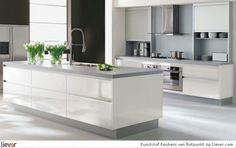 moderne witte keuken met grijs werkblad