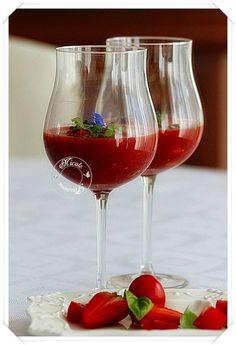 Velouté fraises tomates, basilic, huile d'olive et perles de vinaigre balsamique.....Une entrée vitaminée et